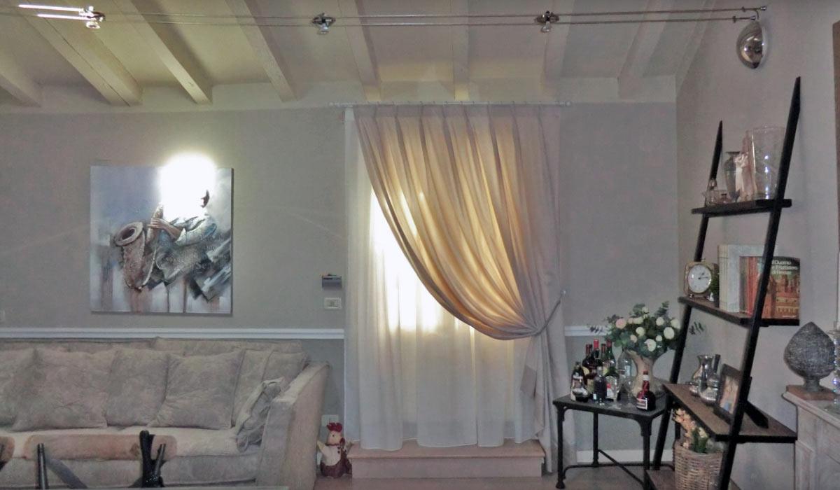 Credenza bianca lucida con vetri for Tende per ambiente rustico